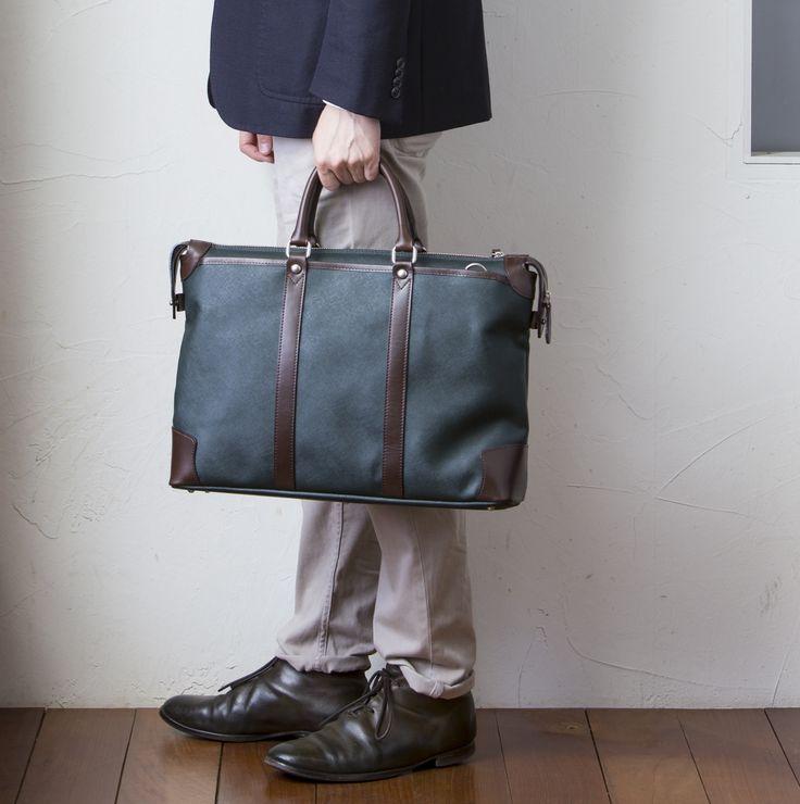トップブランドでも人気の型押し【サフィアーノ】をあしらったビジネスバッグです。雨の日にぬれてもパパっと拭けば大丈夫!荷物がたくさん入り、短期出張にも!