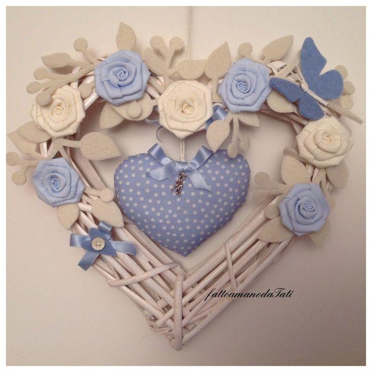Cuore/fiocco nascita in vimini con rose azzurre e bianche e cuore imbottito azzurro, by fattoamanodaTati, 35,00 € su misshobby.com