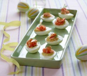 Æg hører sig til på påskefrokostbordet, og her får du en dejlig opskrift på æg i lag toppet med røget laks.