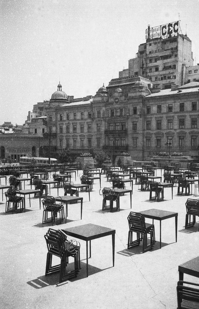 Terasa Casei Centrale a Armatei (denumirea comunistă a Cercului Militar), 1956.  Restaurantul de la Cercul Militar Național - cunoscut, mai mult, sub numele de Casa Armatei, este unul dintre ultimele bastioane ale comunismului pe piața gastronomică bucureșteană.
