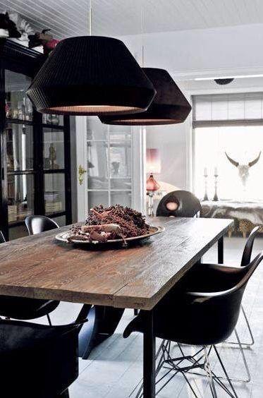 Houten tafel met zwarte lampen en stoelen