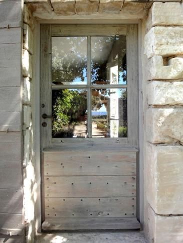 Porte vitrée avec volet à la provençale style typiquement Provençale. Portes d'entree .