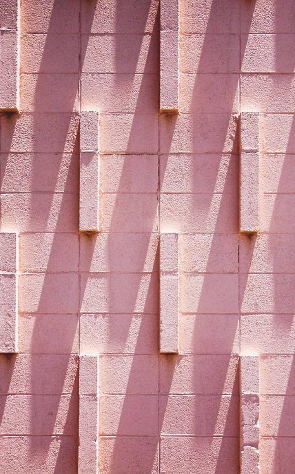 Uma parede de tijolos rosa, linda!