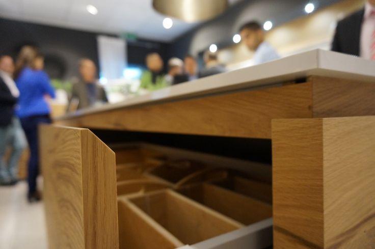 Greeploze keuken met schuine kant in het front zodat er meer ruimte ontstaat voor je vingers. Lees meer: http://vanwanrooijtiel.nl/keukens/keukentrends/