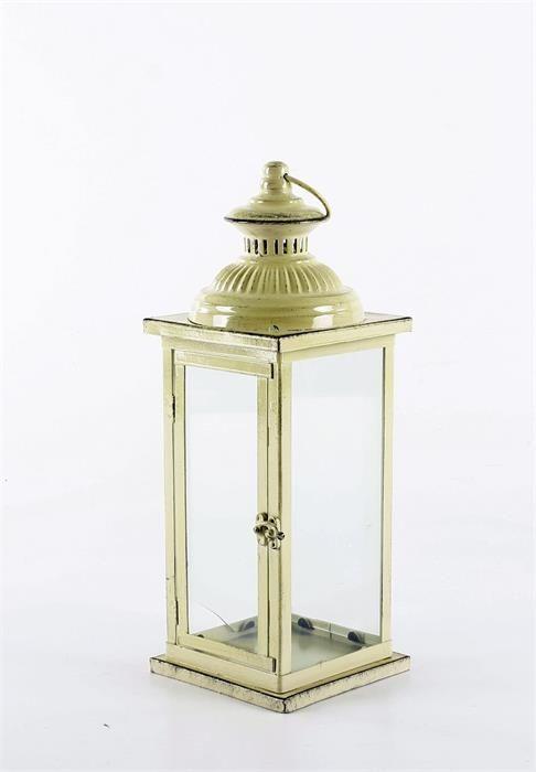 Lampion metalowy w stylu vintage. Boczne drzwiczki uchylne, lampion posiada uchwyt. Postarzenia lampionu są naturalne - efekt stylu vintage. Lampiony doskonałe do dekoracji wnętrz oraz dekoracji w ogrodzie.  Występują w 3 kolorach: beżowym, morskim i ciemnym zielonym.