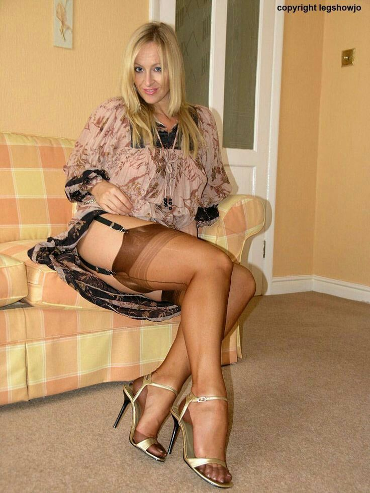 amateur-housewifes-nylons-and-heels