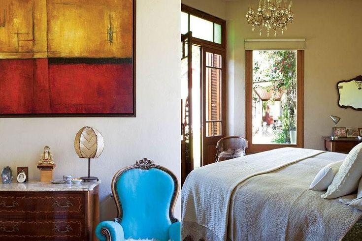El cuarto de Flor y su marido tiene piso de pino tea de demolición, un cuadro traído de México, una araña de una compra-venta del interior y una cómoda con tapa de mármol.  Foto:Living /Javier Picerno
