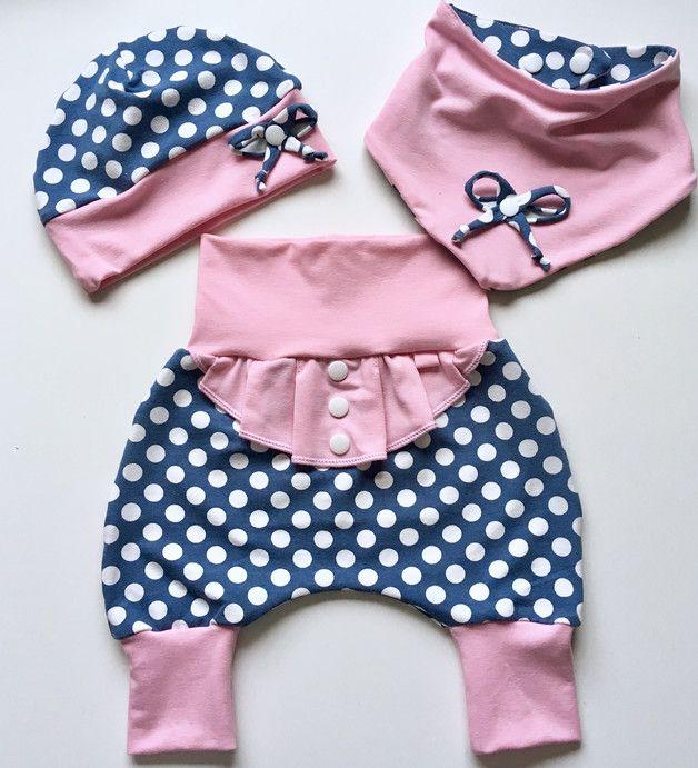 Dieses tolle Set ist aus Baumwolljersey in jeansblau mit weissen Pünktchen. Die Hose mit niedlichen Rüschen in rosa und Knöpfen vorne. Die Hose wächst Dank Bündchen eine Größe mit. Extra… – Anette