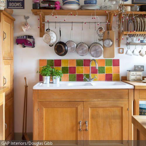 Der Spültisch aus Holz fügt sich hervorragend in den rustikalen Look dieser natürlichen Küche. Bunte Fliesen schützen die Wand vor Spritzwasser. …