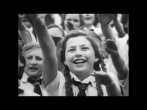 Bund Deutscher Mädel in der Hitler-Jugend (BDM) mit Horst Wessel Lied - ...