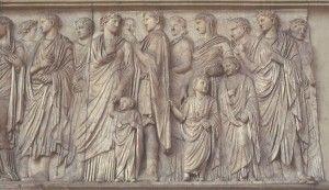 Ara Pacis, La processione del lato meridionale.  Ogni membro della famiglia reale è rappresentato con le proprie sembianze, in modo che tutti fossero riconoscibili; i sacerdoti, invece, sono rappresentati con volti impersonali e idealizzati.