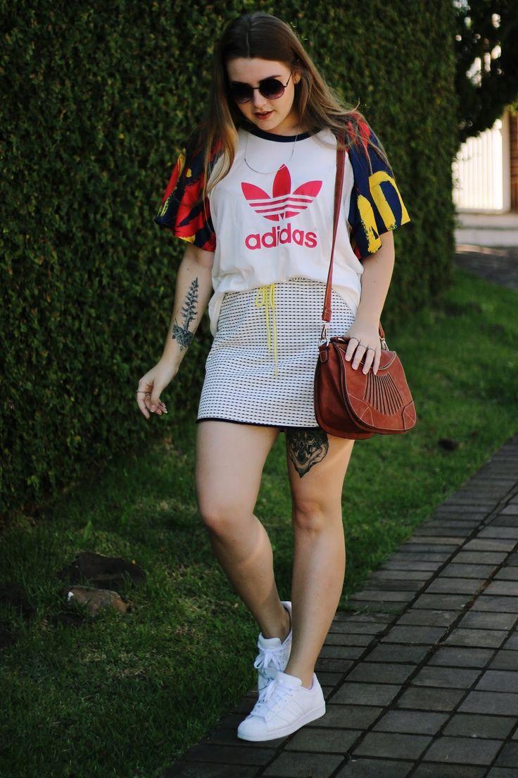 Compra-se Um Fusca | Look all white street sport com camiseta Adidas, saia da Sly Wear e tênis Adidas Superstar branco.