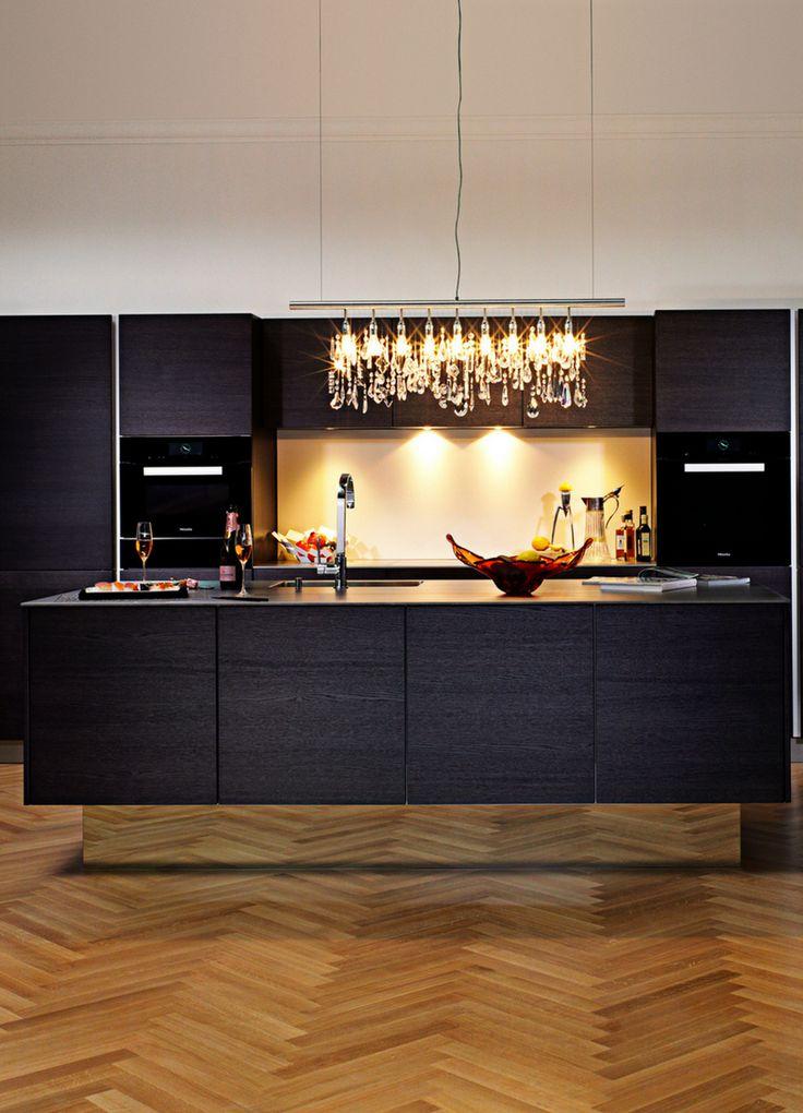 Küche, schwarz, dunkel, Insel, Kochinsel, Kücheninsel, Holz, Holzboden, Küchenboden aus Holz, Licht, Küchenlicht, Idee, Bild, Inspiration; Foto: Piatti