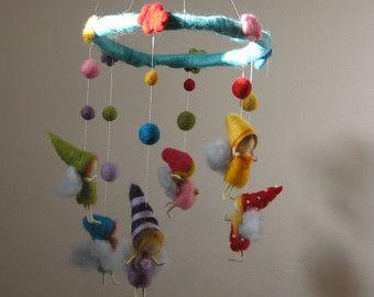 Se vende este móvil puedo hacer uno similar. Me inspiré para hacer este móvil por mis hijos:-O Estos gnomos son igual que ellos, escalada en árboles, balanceo, runing, mudanza, divirtiéndose hasta que son tan, tan cansados y quedarse dormido en el momento de cerrar los ojos. Te recuerda algo:-). Es una decoración muy agradable a un cuarto de los niños. Tomé una guirnalda, cubrirlo con lana, decorada con flores. Aseguré la corona con 6 cuerdas de metal doradas (así son lo suficientemente…