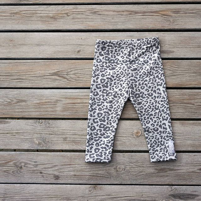 Vores nye PETITE LEGGINGS er klar i shoppen fra str. 0 - 2 år.  www.petitesomething.com  #newin #kidsleggings #leopardprint #babyclothes #madewithlove #sewingforbaby #kidsclothes #nytprodukt #petiteleggings #babytøj #børnetøj #barneklær #babyleggings fra #petitesomething