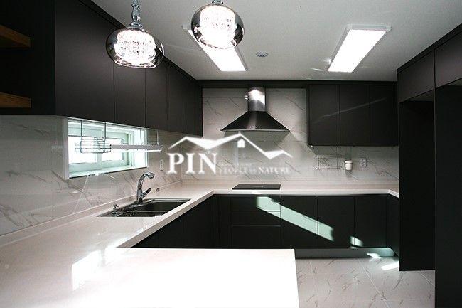 차분하고 무게감있는 매트한 블랙으로 상하부장을 시공 시크하고 멋스럽게 화이트대리석 상판으로 공간을 넓게 사용할 수 있는 주방 Kitchen Kitchenutensils Kitchenutensils Black White 화이트 블랙 심 인테리어 집 꾸미기 디자인