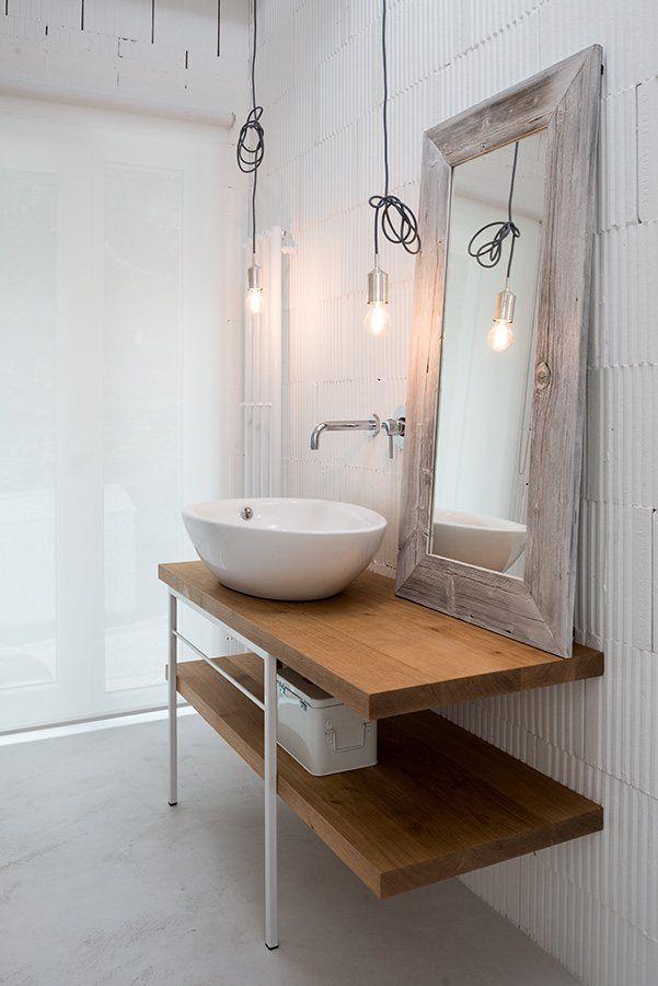 Baños mezclando lo rústico con lo moderno. Counter en Formica lo hace resistente al desgaste y es de fácil limpieza.