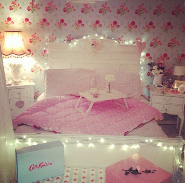 that wallpaper and those fairy lights are lurrrrvely