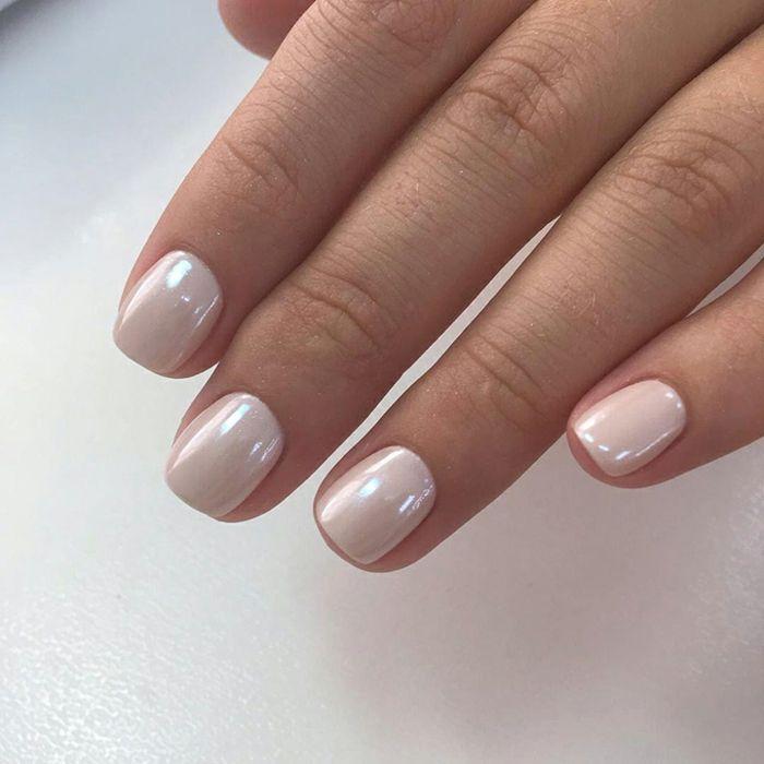 ongles courts et opaques, vernis rose,blanc aux reflets nacrés, ongles de  mariée