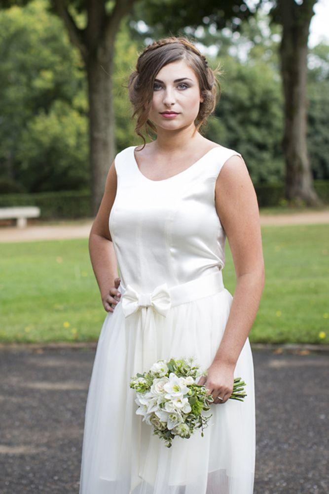 Essayez la robe de mariée transformable dans la collection de robes de mariée sur mesure dans la boutique lyonnaise. Adaptez le croquis à vos envies. Robe courte et jupon amovible
