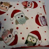 http://www.radicifabbrica.it/prodotto/cuscino-di-natale-con-gufetti-natalizi/  La gufetto-mania imperversa, e allora poteva mancare anche un Cuscino di Natale con gufetti natalizi?  Certo che no!  Il più simpatico cuscino di Natale mostra infatti la stampa di tanti simpaticissimi gufetti con sulla testa il cappellino di Babbo Natale: i gufetti sono nei colori rosso, azzurro, rosa, arancio, verde e grigio, lo sfondo bianco a pois rossi.  Questo cuscino di Natale misura centimetri 40 x 40.