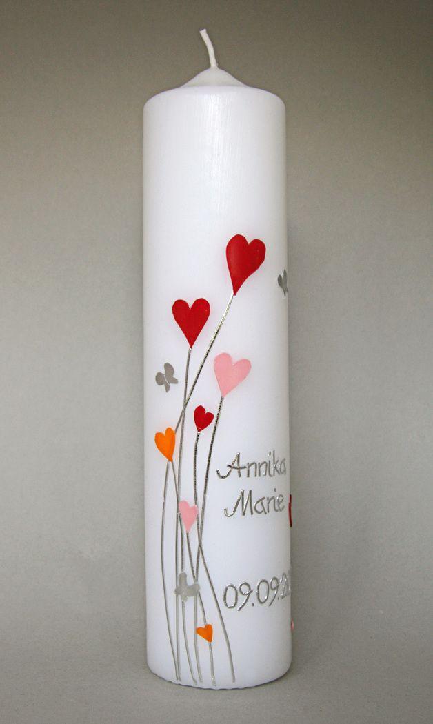 Taufkerze Herzen  Verspielte Leichtigkeit vermittelt diese Kerze. Herzen und kleine silberne Schmetterlinge sind so angeordnet, dass die Kerze nicht nur auf der Schauseite interessant und schön...