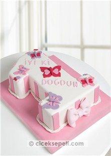 Minik prensesinizin 1. yaş günü için muhteşem bir tasarım pasta sizi bekliyor. 1 rakamı şeklindeki çikolatalı pasta üzerine beyaz şeker hamuru kaplanır, pembe ve lila şeker hamuru kullanılarak kelebek ve kurdele ile süslenir. 1 yaşa özel hazırlanan bu tatlı mı tatlı tasarım pasta ile minik prensesinizin 1. yaş gününü en renkli şekilde kutlayın. Porsiyon: 15-20 Kişilik