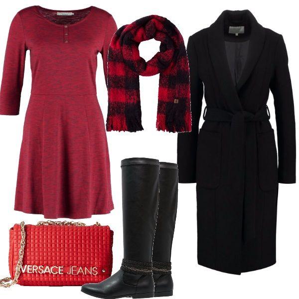 Il vestitino di maglina melange, è abbinato a degli stivali dal tacco basso, avvolgente cappotto con cintura, reso più vivo dagli accessori, borsina impunturata e super sciarpa.