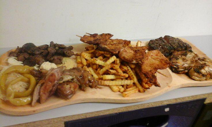 Labužnické keltské prkénko - nabídka restaurace Kelt Zátor - restovaná játra, pečené koleno, veprové v hořčicové omáčce na jehle, hovězí steak, kuřecí se zázvorem a sojovou omáčkou na grilu