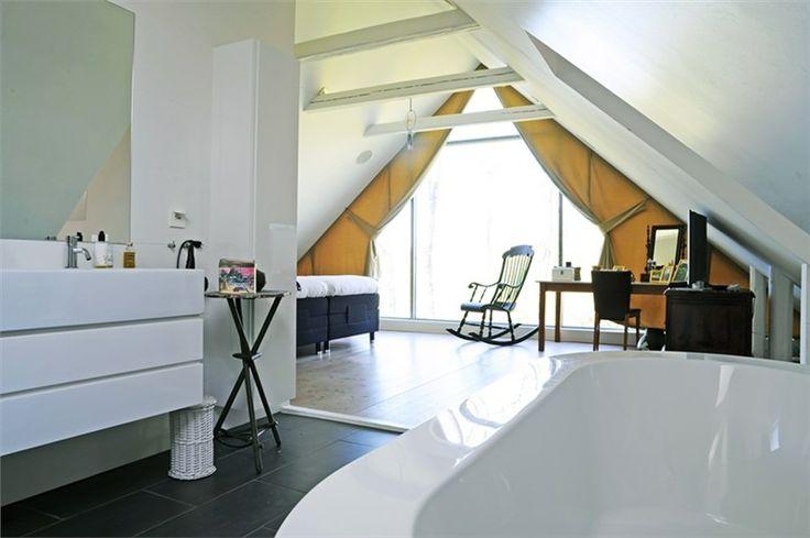 Sovrum med badrum.