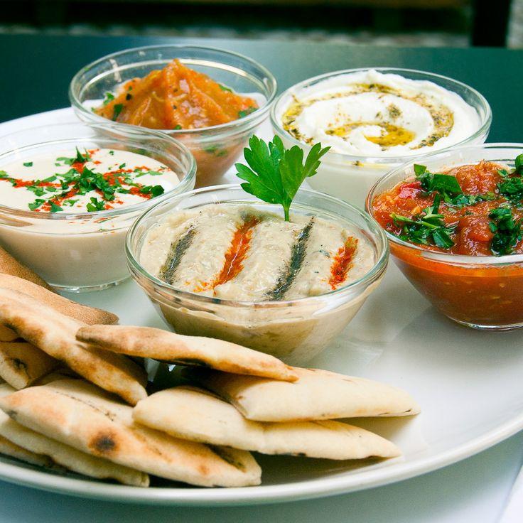 Israelische Spezialitäten, wie Hummus, Falafel und Baba-Ganoush bei Feinberg's in Schöneberg
