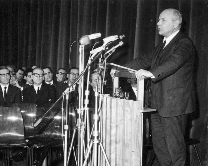 Joop den Uyl kondig de mijnsluiting aan in de Heerlense Schouwburg, 17 December 1965.
