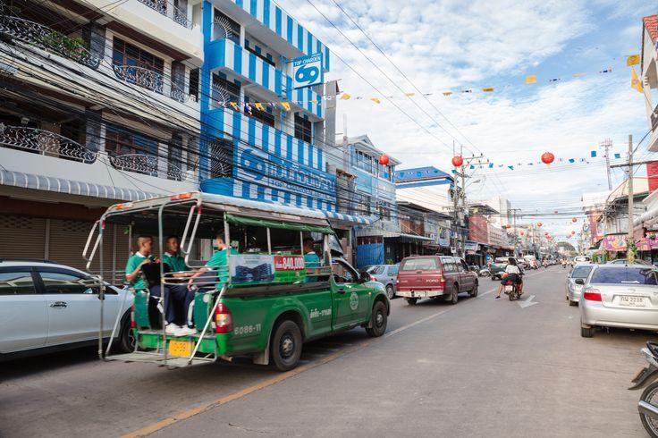 Pattaya'da şehir merkezinin içinde ulaşım düşündüğünüzden daha rahat... Yabancı turist bolluğu sayesinde renklenen şehirde, sadece 10 Baht'a dolmuşlarla seyahat edebilirsiniz.