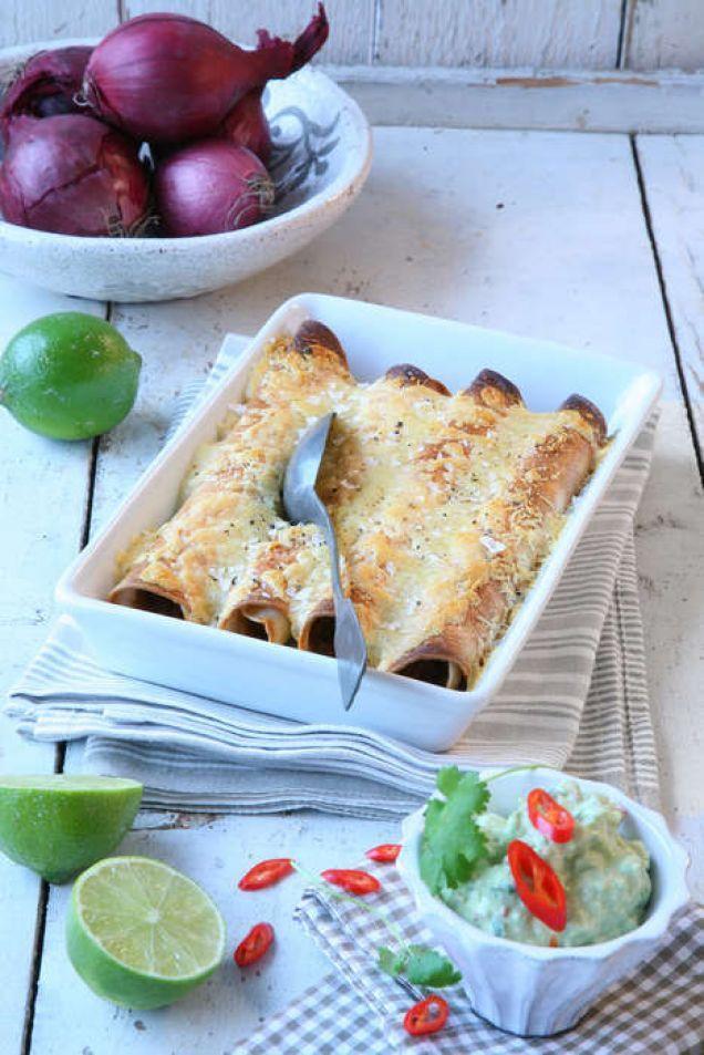 Servera rullarna och avokadoröran med en sallad som med fördel kan innehålla svarta bönor och papaya.