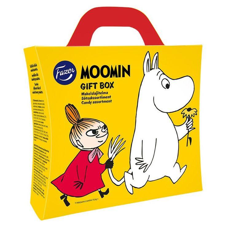 The Moomin candy case contains a 100 g bag of Moomin candy, lollipops, candy boxes, liquorice bars and xylitol chewing gum. On top of this it also contains a beautiful surprise - a Moomin pendant.Salkusta löytyvät seuraavat Fazer Moomin herkut: 100 g karkkipussi, tikkareita, pastillirasioita, lakritsipatukoita ja täysksylitolipurukumia. Lisäksi salkku kätkee sisälleen suloisen yllätyksen, Muumi-riipuksen. I portföljen finns följande Fazer Moomin-delikatesser: 100 g påse, slickepinnar…