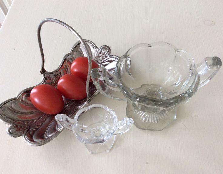 En lille opstilling af Chippendal saltkar og sukkeropsats fra Fyns glasværk ca.1920/30,erne samt en art nuveau i hvidmetal fra ca. 1900