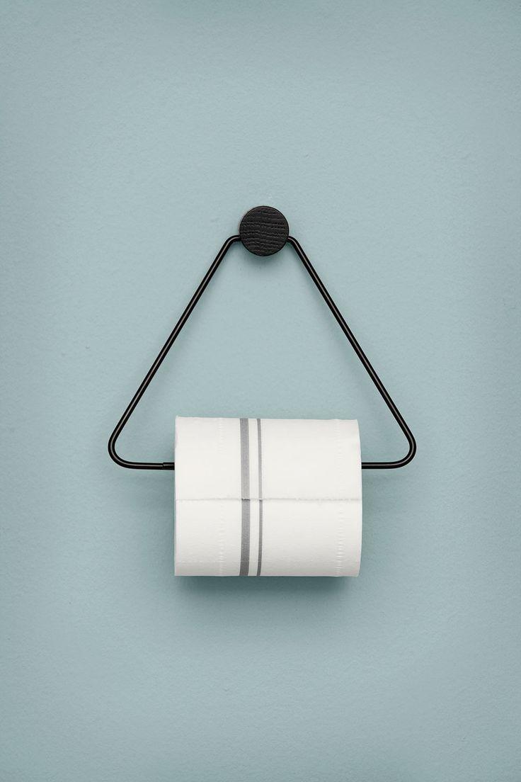 Black Toilet Paper Holder – en toalettrullehållare i pulverlackerad metall, och svartbetsad ek från danska Ferm Living. En enkel och vacker inredningsdetalj för badrummet. Kombinera gärna med Black Towel Hanger.