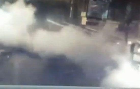 Diyarbakır'da TOMA'ya bombalı saldırı - Bağlar ilçesinde teröristlerce polis merkezi önünde bekleyen TOMA\'ya el yapımı patlayıcı atılması sonucu çevredeki bazı ev ve iş yerleri hasar gördü