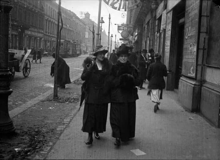 1919. Népszinház utca 27. előtt a fényképész, Kertést André édesanyja (jobb oldali hölgy)