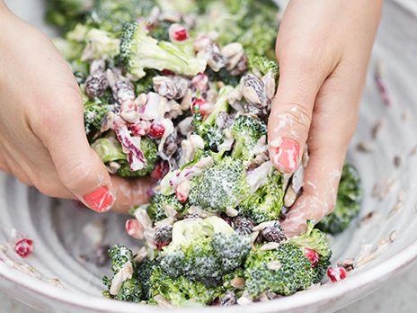 Broccolisallad med granatäpple och russin   Köket.se