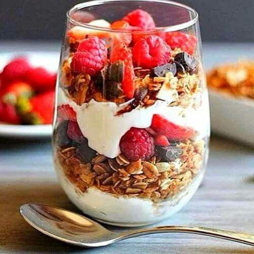 Verrine yaourt muesli et fruits rouges. Dessert gourmand. #healthy
