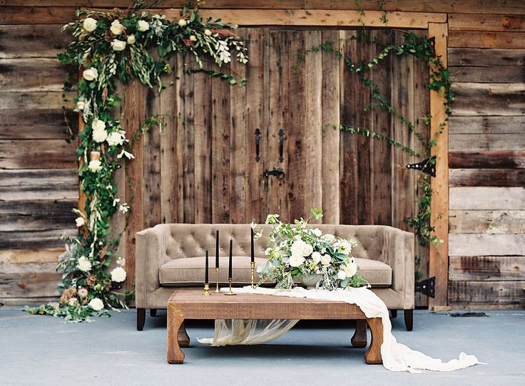 Rustic Chic Wedding backdrop lounge - photo Allison Kuhn