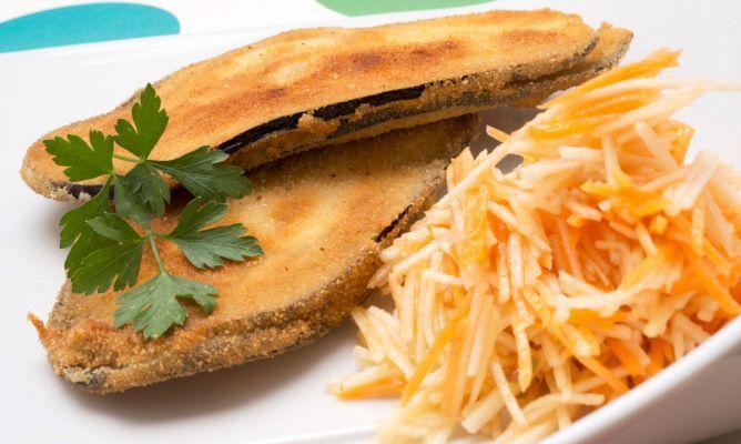 Receta de Karlos Arguiñano de filetes de berenjena rellenos acompañados de una original ensalada de zanahoria y manzana.