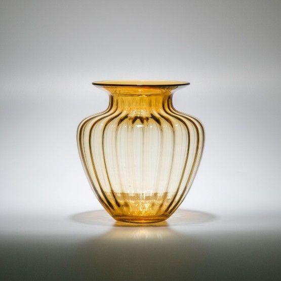 Vaso decorativo em vidro na cor âmbar, perfeito para pequenos arranjos florais. No hall, living e em todo ambiente, este vaso resulta um visual requintado e sofisticado. Para compor mesa posta, ele fica maravilhoso. #Vaso #LojaSoulHome