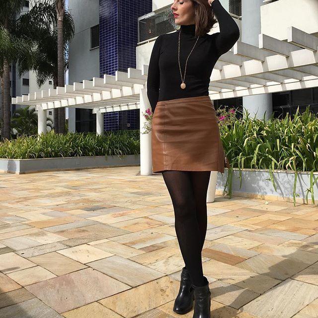 Saia de couro marrom, blusa de gola alta preta e bota de cano baixo. Pretegida do frio com elegância :)