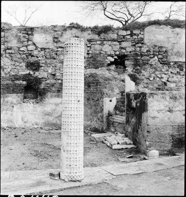 Αγία Ευφημία, ένθετη στήλη του τέμπλου διακοσμημένη με πράσινες και κόκκινες πέτρες, Δεκέμβρης 1942. Ο Sven Larsen, καθηγητής Μαθηματικών και Γερμανικών στο Robert College, συνόδευσε τον Artamonoff στο ταξίδι του στην Αγία Ευφημία, για να παρακολουθήσει τις ανασκαφές που πραγματοποιούσε εκεί το Γερμανικό Αρχαιολογικό Ινστιτούτο, οι οποίες έληξαν στις 5 Δεκεμβρίου. Άρθρο του Larsen, που δημοσιεύθηκε στο Illustrated London News την 1η Ιουνίου του 1946 εικονογραφήθηκε με φωτογραφίες του…