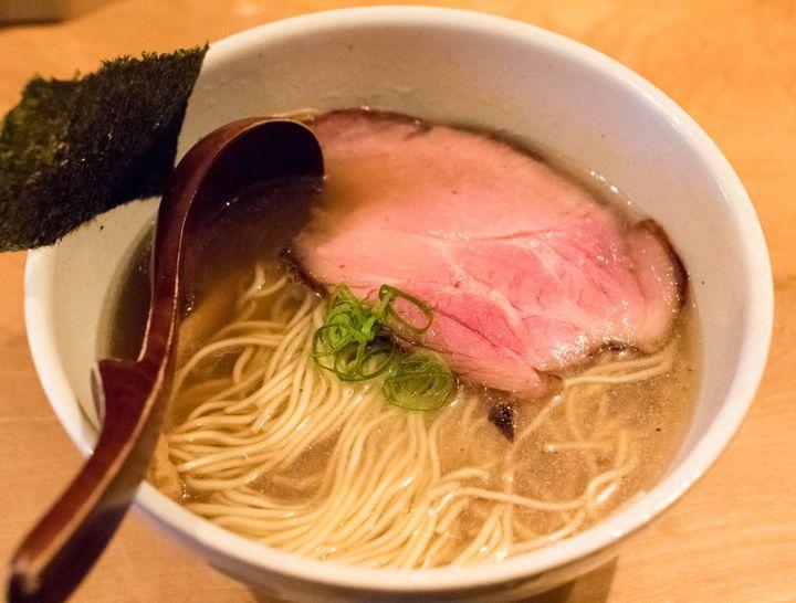方南町という東京でもマイナーな場所にありながら、多くのお客さんが集まる煮干し界屈指の人気ラーメン店です。なんと言っても、煮干しの良さをしっかり引き出したコクのあるスープが絶品。比較的さっぱりした口当たりですが、ラーメンらしいしっかりとした引きの強さも充分に感じられます。歯切れのいい細麺との相性も抜群。今時珍しく、メニュー構成は至ってシンプルで、麺類はこの「中華そば」のみ。トッピングも味玉しかありません。1つの味をストイックに追求し続ける、店主渾身のラーメンをご堪能あれ。