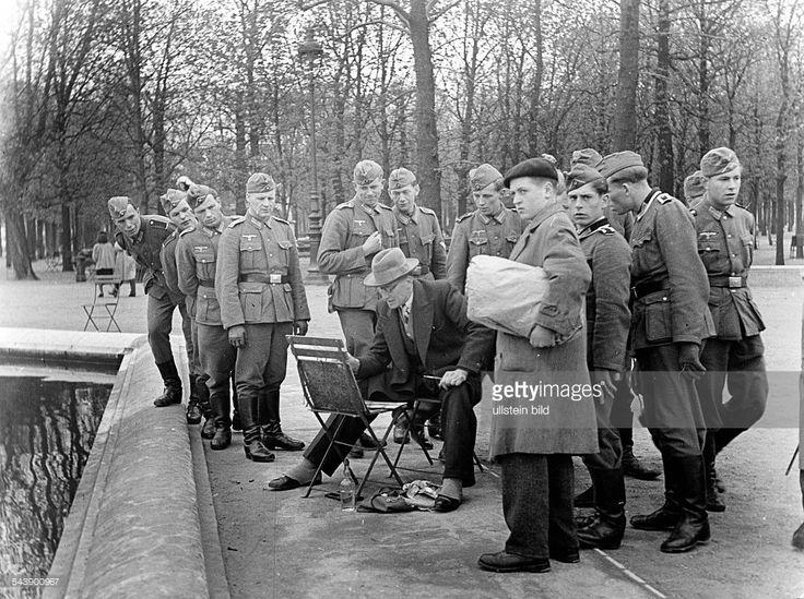 tempo de lazer dos soldados da Wehrmacht alemã em soldados alemães Paris- com um pintor em um parque - Fotógrafo: Hilmar Pabel- 1942Vintage propriedade da ullstein bild