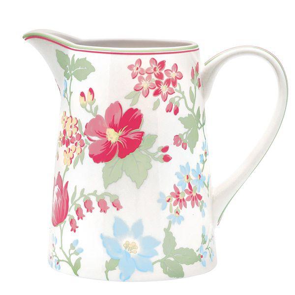 GreenGate Krug Donna White, groß Einfach nur traumhaft! Der nostalgische Krug Donna eignet sich nicht nur als Wasserspender, sondern auch für Saft oder Milch. Ebenso als dekorative Blumenvase ein echter Blickfang auf Deinem Küchentisch. In verschiedenen Mustern erhältlich.