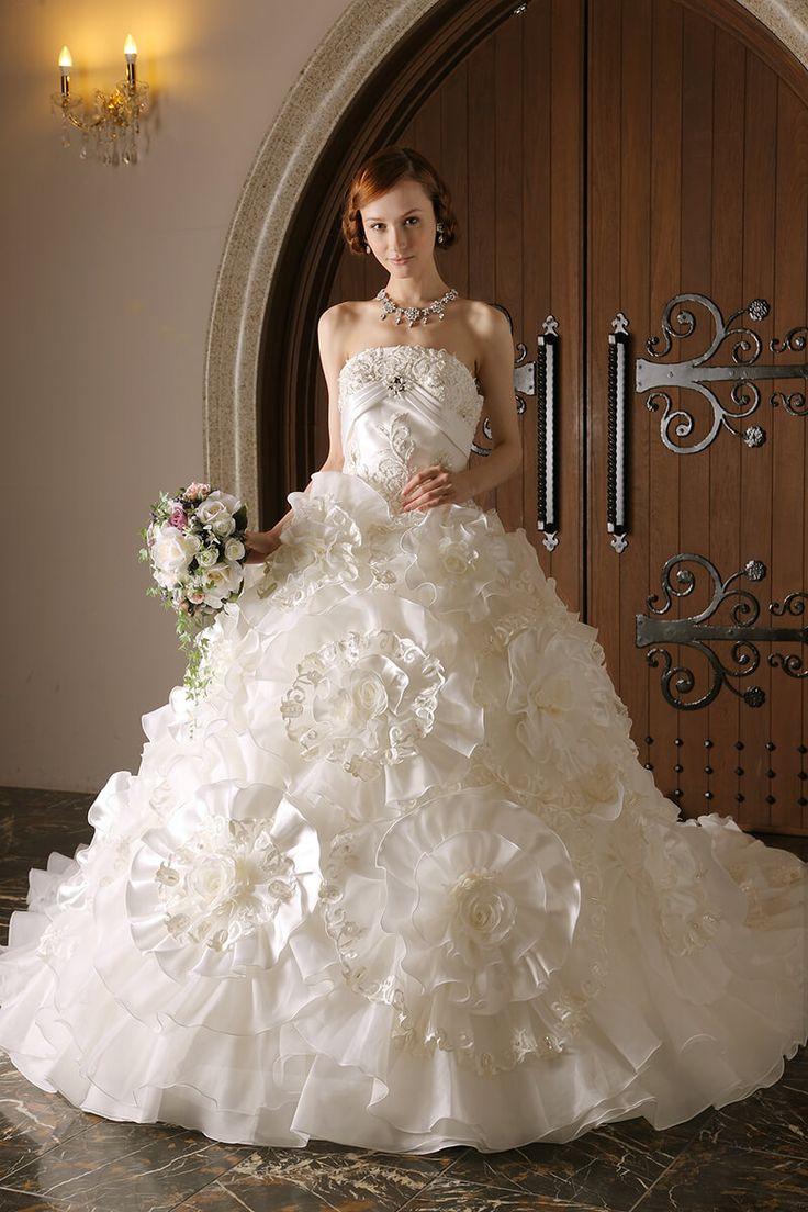 WEDDING DRESS一覧 | 福岡ウェディングドレスのレンタル「レイジーシンデレラ福岡」  グラシア  大輪の花にあしわられた型押し花が繊細なニュアンスを表現。胸元のビジューが正統派の中に新鮮な雰囲気を醸し出しています。